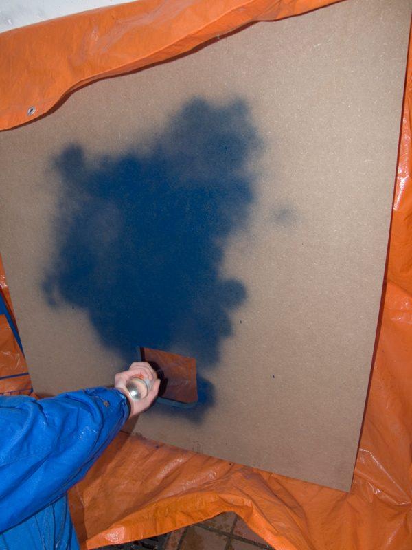 Außenseite der Platte mit wasserabweisender Farbe besprühen