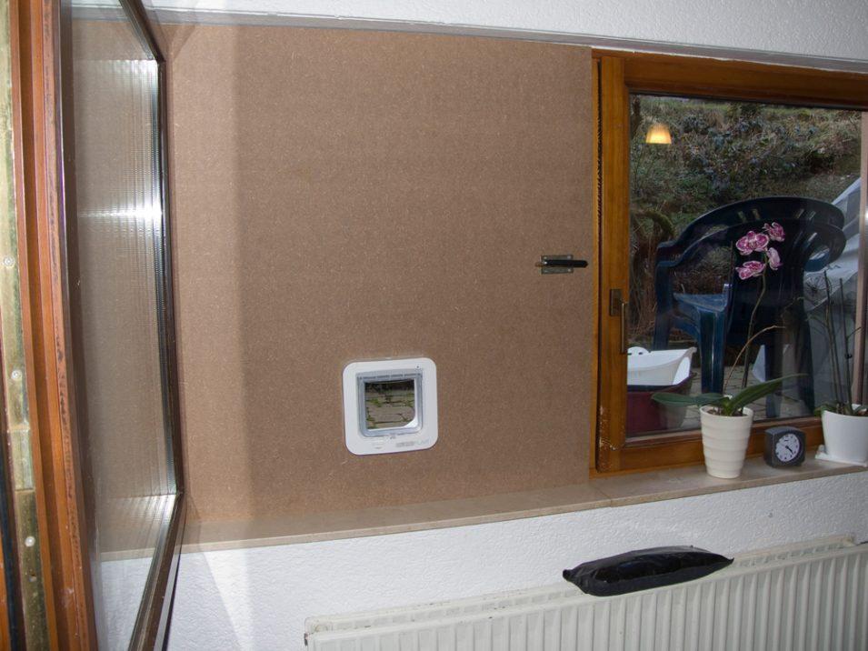 Platte in der Fensteröffnung