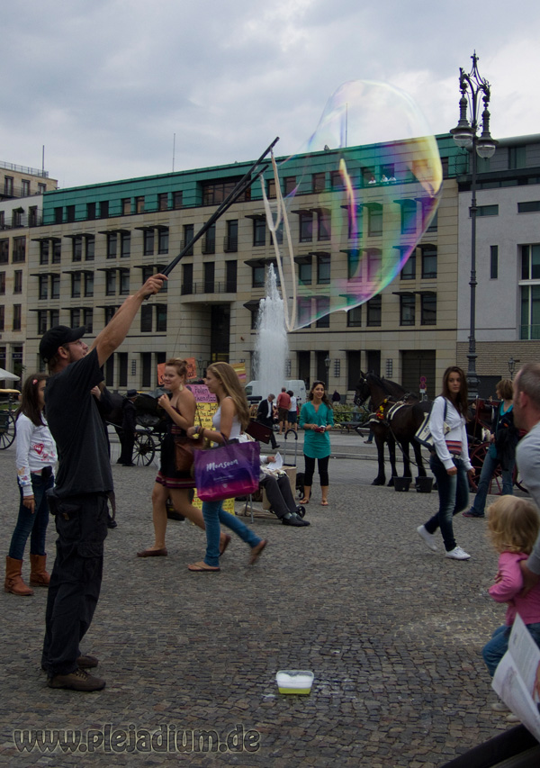 Seifenblasen vor dem Brandenburger Tor