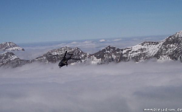 Axalp: Hubschrauber über den Wolken