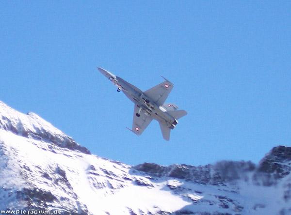 F-17 mit ausgefahrenem Fahrwerk