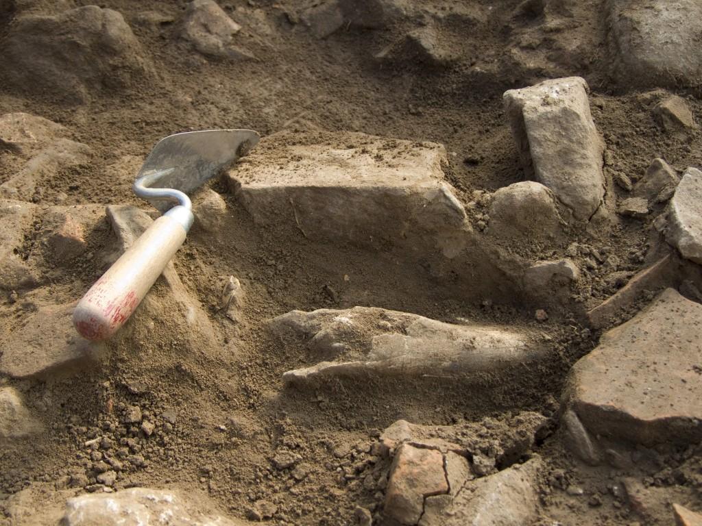Steine, Knochen, Ziegel und die Kelle