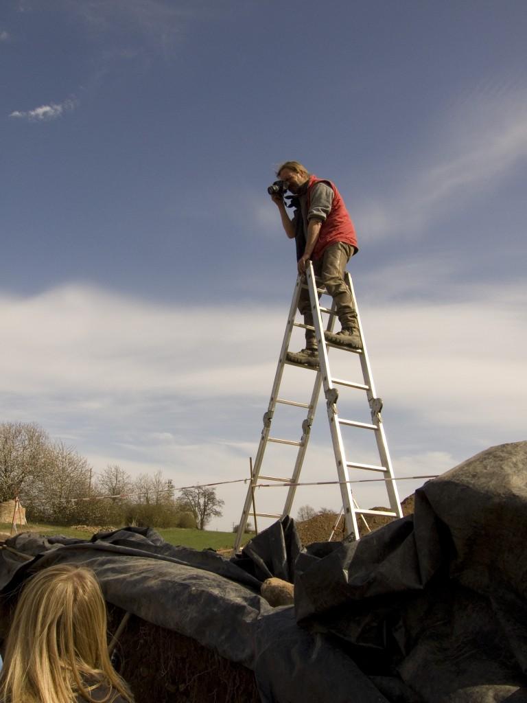 Archäologe auf Leiter für das Dokumentationsfoto