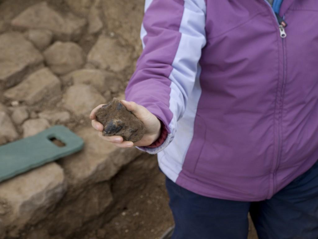 Ein Stück Eisenschlacke aus der Ausgrabung