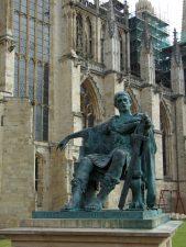 Moderne Statue von Kaiser Konstantin dem Großen, der sich in York als römischer Kaiser hat ausrufen lassen und es dann auch wirklich wurde, vor etwa 1700 Jahren