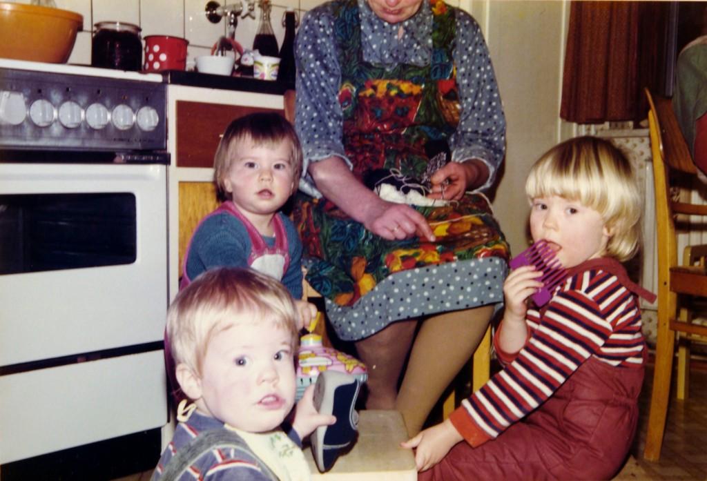 Oma und drei ihrer Enkel