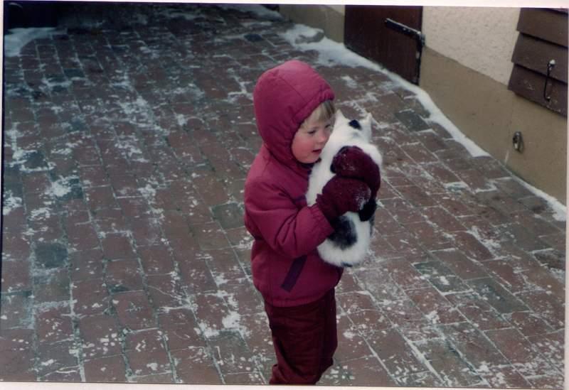 Lucyda und Katze auf Omas Bauernhof