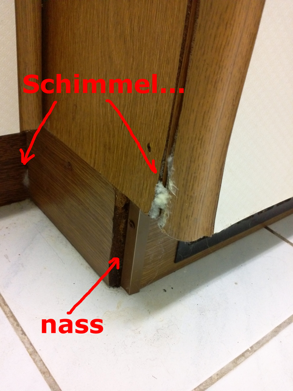Lecker! Die Tür dort mit dem dicken Schimmel dran ist die Tür vom Kühlschrank-Einbauschrank