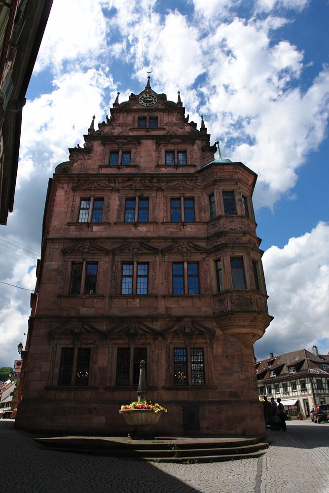 Rathaus und Blumenpott und Wolken <3