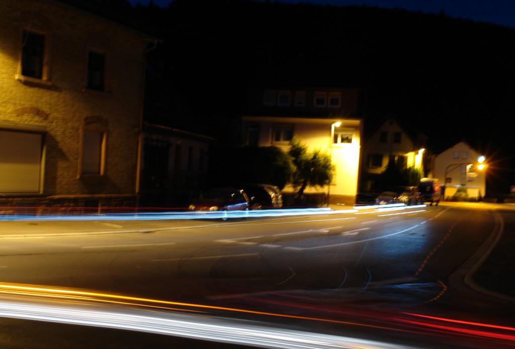 Langzeitbelichtung in der Nacht mit Leuchtspuren