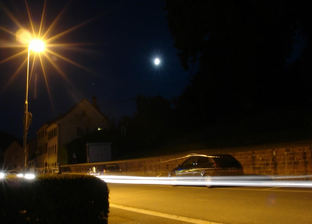 Mond und Straßenlaterne nachts in Langzeitbelichtung
