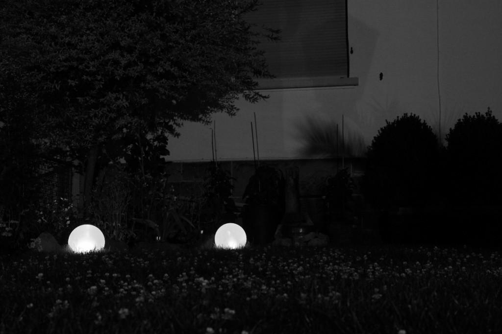 Garten mit Leuchtkugeln