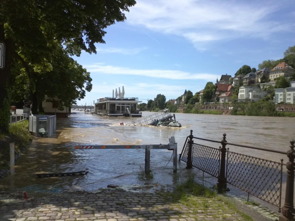 Schwimmendes Restaurant und Schiffsanlege. Da führt unten eigentlich eine Uferstraße lang. Die hat jemand Weitsichtiges abgesperrt ^^