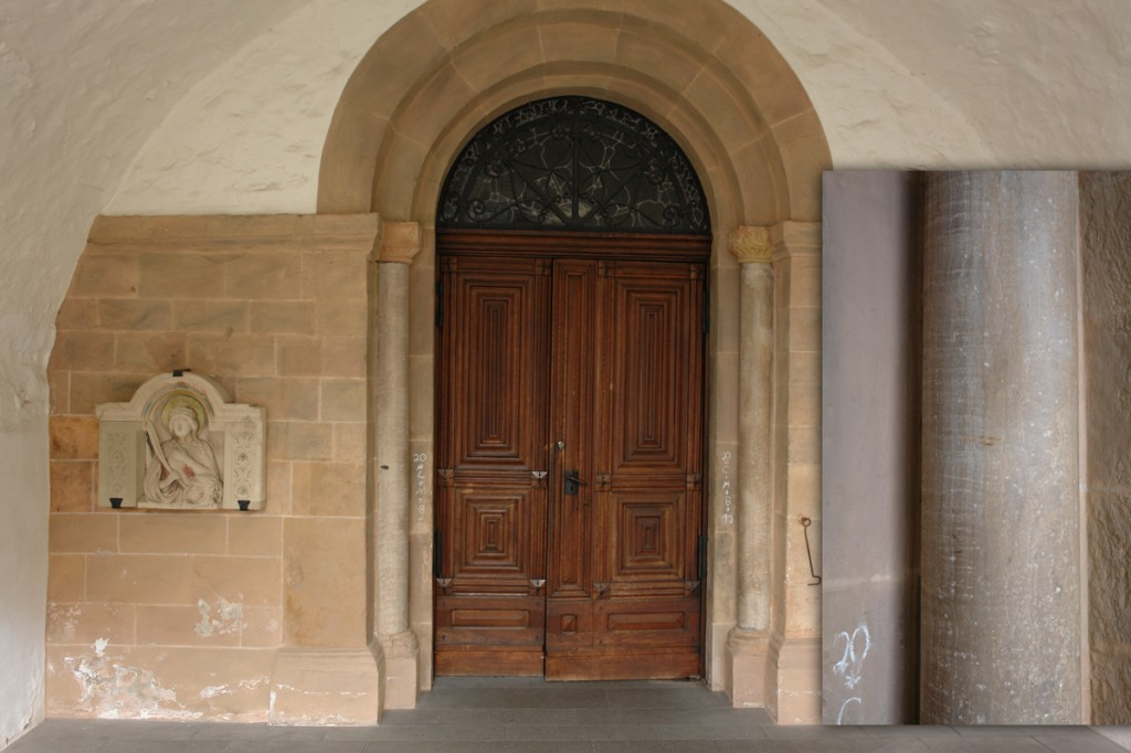 """Eingang zur katholischen Kirche in Bad Münstereifel. Die Säulen neben der Tür sind aus """"Aquädukt-Marmor"""" (rechts von nahem zu sehen)"""