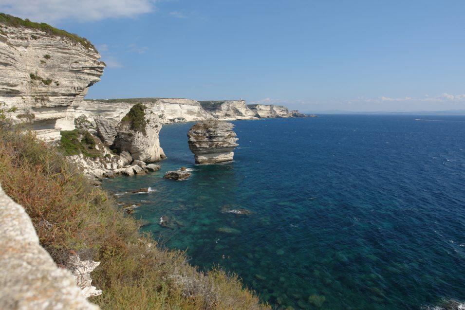 Klippen von Bonifacio, rechts am Horizont ist schon Sardinien