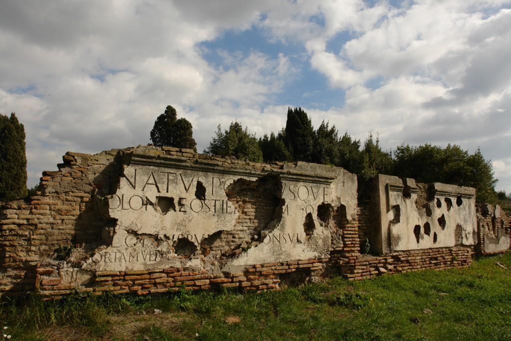Inschrift in Ostia Antica