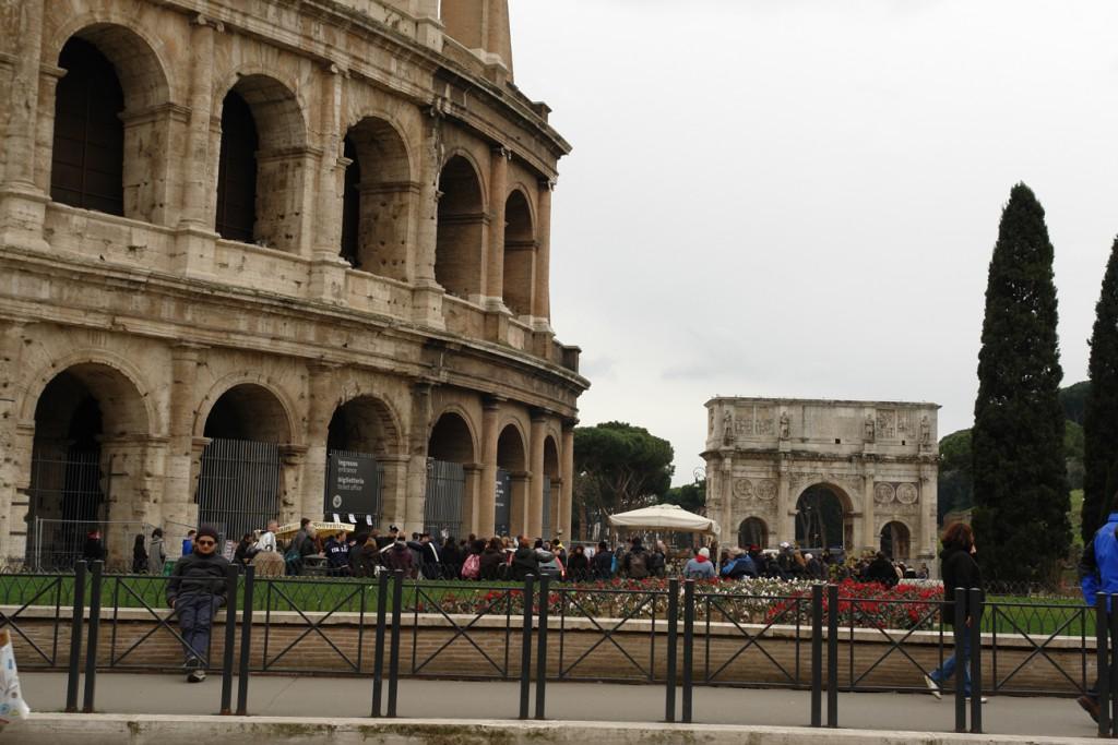 Kolosseum und im Hintergrund der Konstantinsbogen