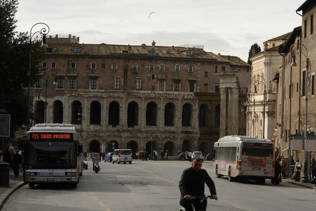 Fassade des Marcellus-Theaters, mit später draufgebauten Wohnungen (sehr begehrt wegen zentraler Lage)