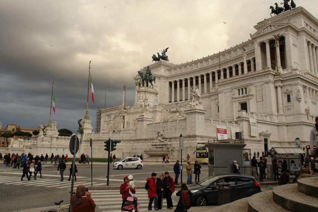 Das italienische Nationaldenkmal von Ende 19. Jhd - sieht irgendwie apokalyptisch aus mit den Wolken und Vögeln oO