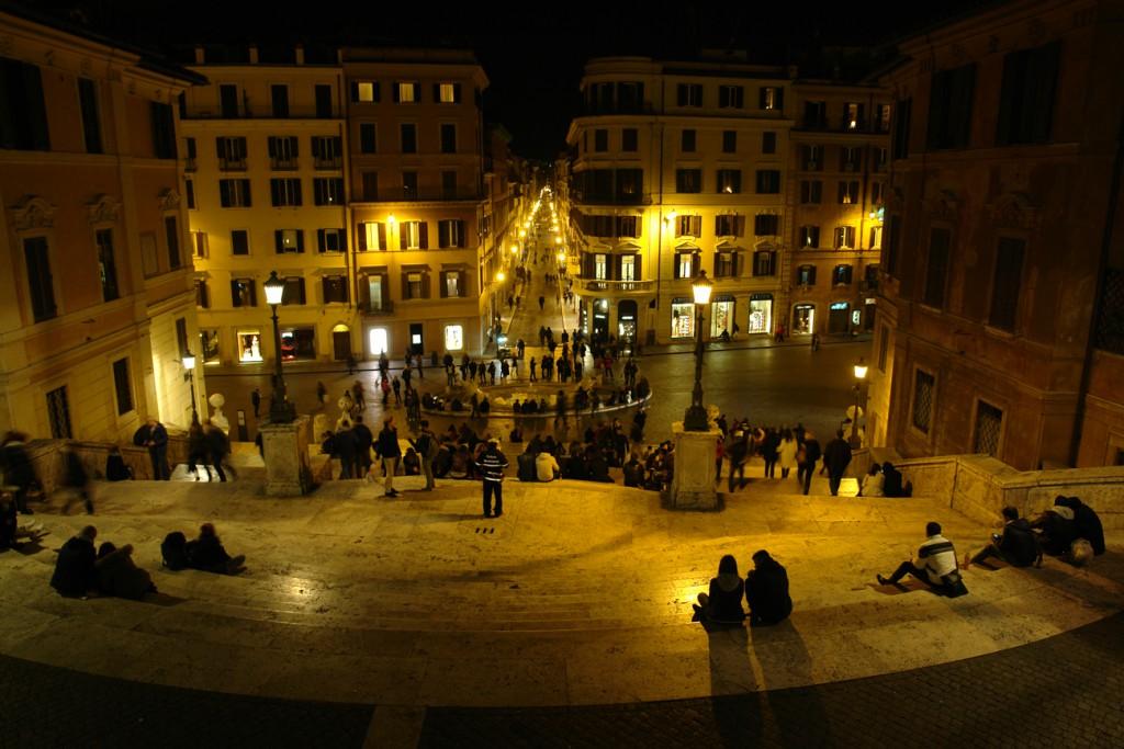 Oben auf der spanischen Treppe mit Blick auf Piazza di Spagna und den Hooligan-Brunnen unten