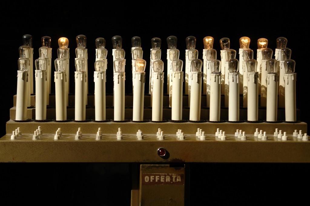 Kerzensparen: Glühbirne statt Kerze anzünden in einer Kirche