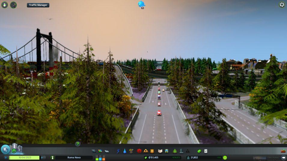 Autobahn mit Bäumen und Lärmschutzwänden verringern den Lärm
