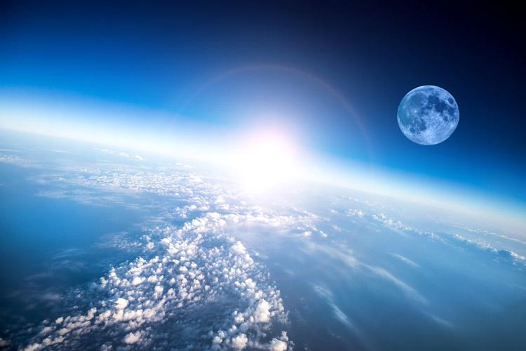 Wolken, Erde und Mond