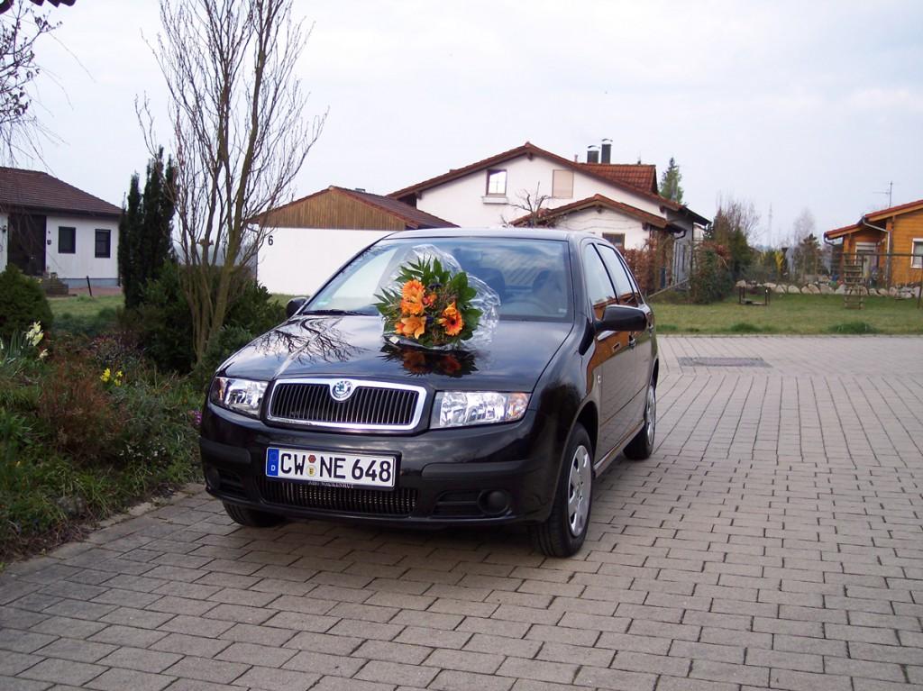 Auto-Abholung mit Blumenstrauß