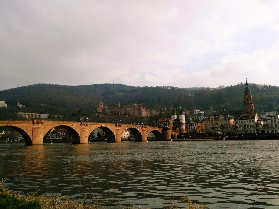 Die Ansicht, für die Heidelberg berühmt ist: Schloss, alte Brücke, Brückentor und Heiliggeistkirche
