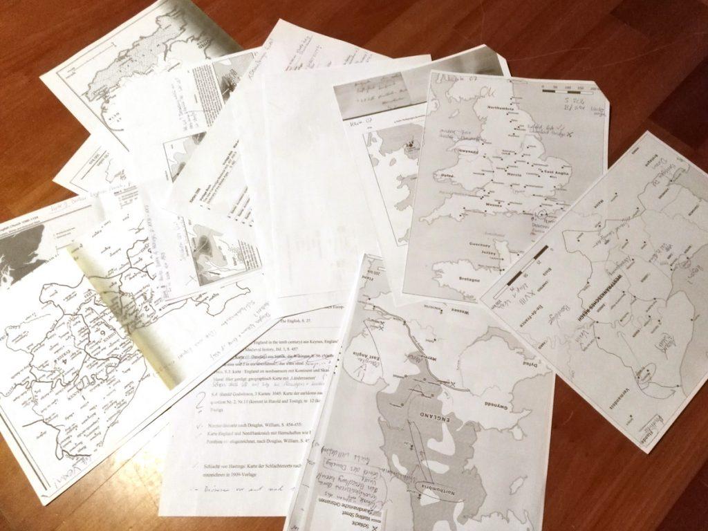 Vorlagen und (kommentierte) Entwürfe machen meinen Schreibtisch zum Kartenschlachtfeld :D