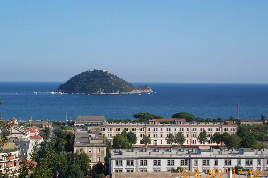 Insel Gallinara von der Via Iulia Augusta aus (Foto von 2001)