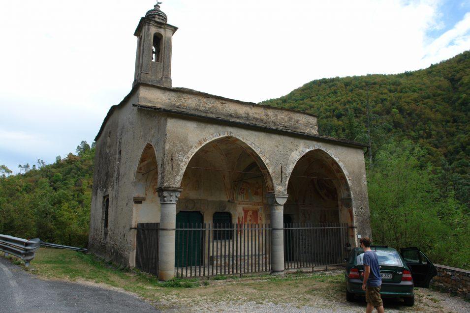Eine alte Kirche bei Borghetto d'Arroscia mit schöner Bemalung