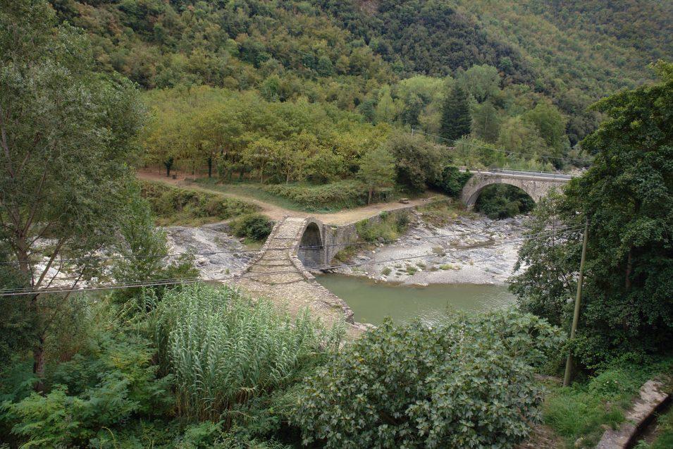 Mittelalterliche Brücke in Borghetto d'Arrascio