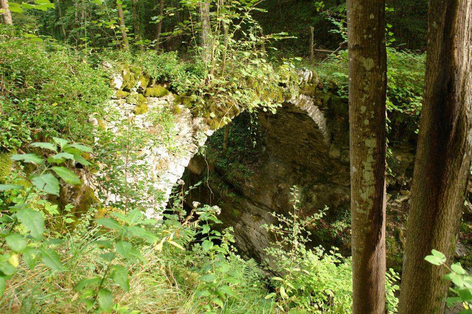 Ponte Romano mitten im Wald in Ligurien