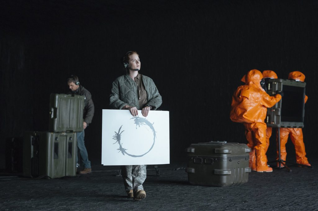 Filmszene aus Arrival: Kommunikationsversuche