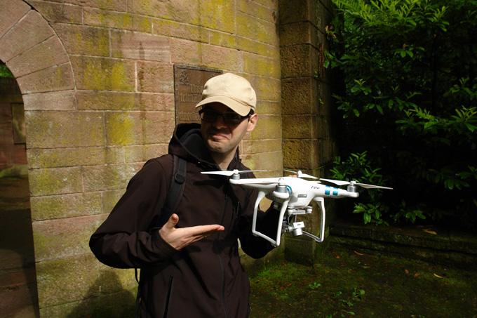 Pierre mit Drohne