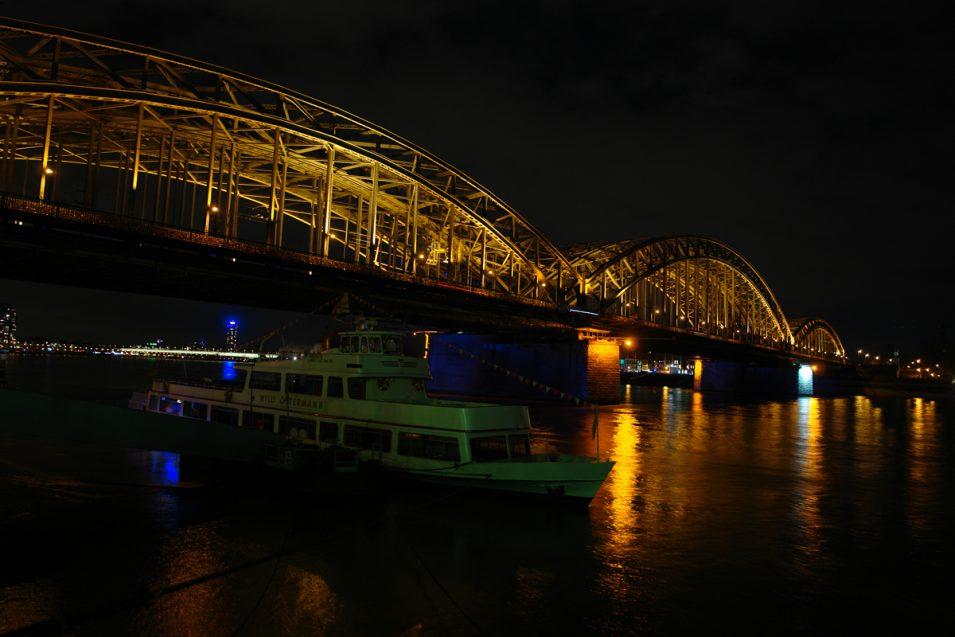 Hohenzollernbrücke Köln bei Nacht