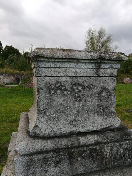Sockel des alten Kriegerdenkmals