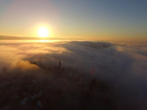 Drohne, Morgennebel und Sonnenaufgang über Dilsberg