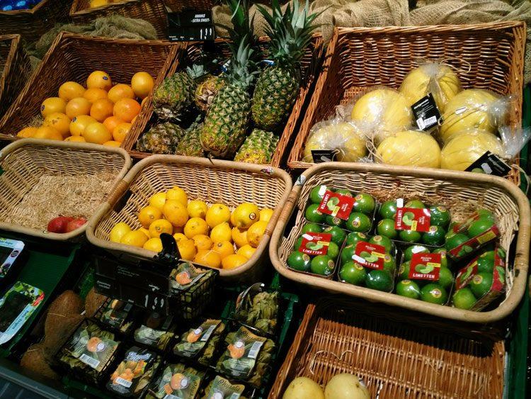 Obst in der Edeka-Auslage