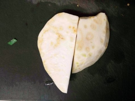 Geschälte und in Scheiben geschnittene Sellerie