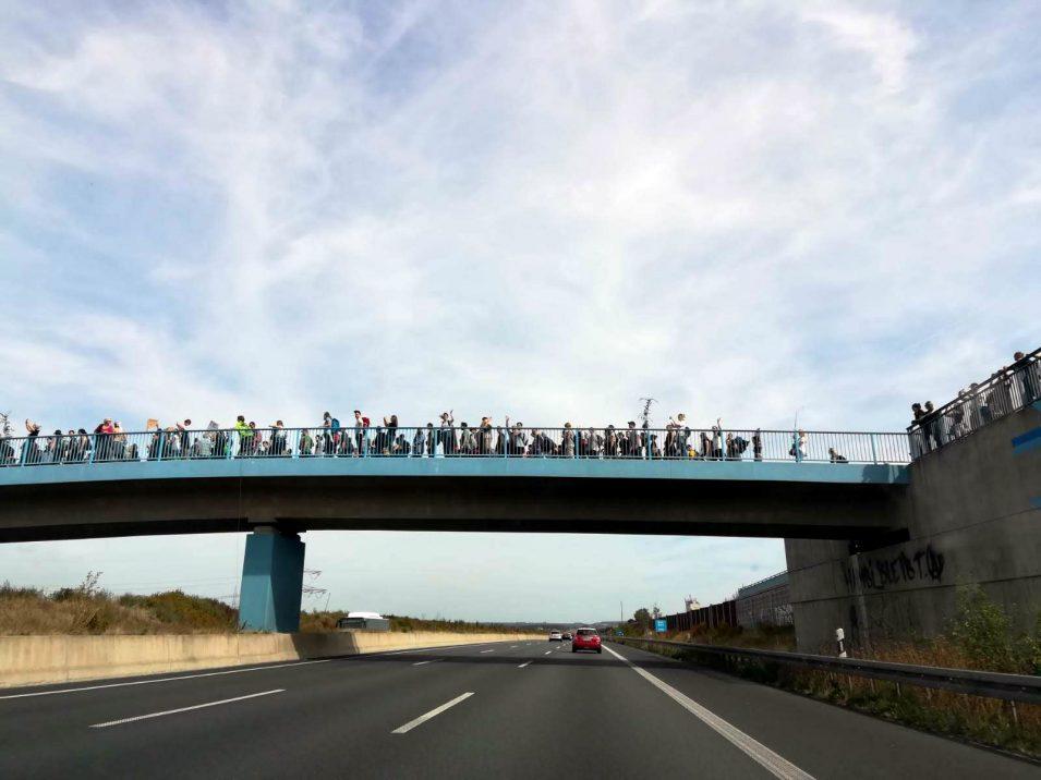 Demonstranten über Autobahnbrücke