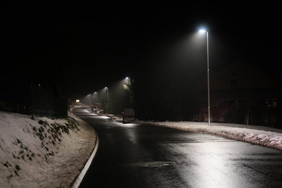 Straßenlampen im Dunkeln