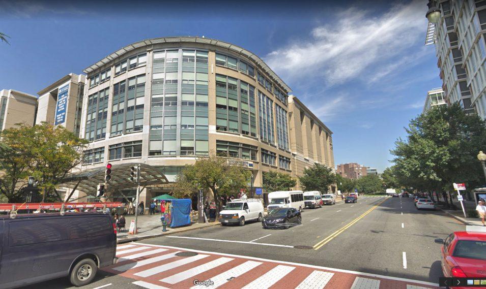 George Washington University Hospital mit dem markanten U-Bahn-Glasdach vor dem Eingang