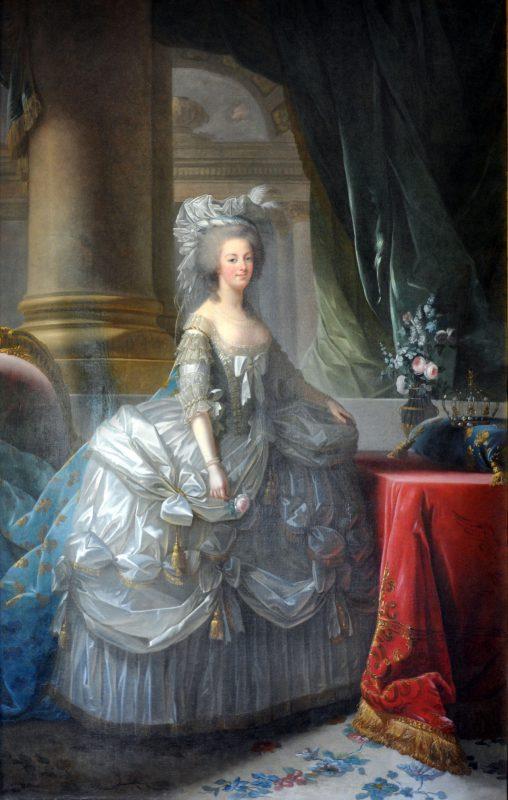 Königin Marie Antoinette mit aufwändigem Barockkleid
