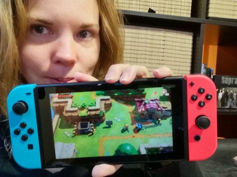 Debbie mit Link's Awakening auf der Switch